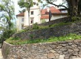 Alpinum - kamenné terasy pod baštou